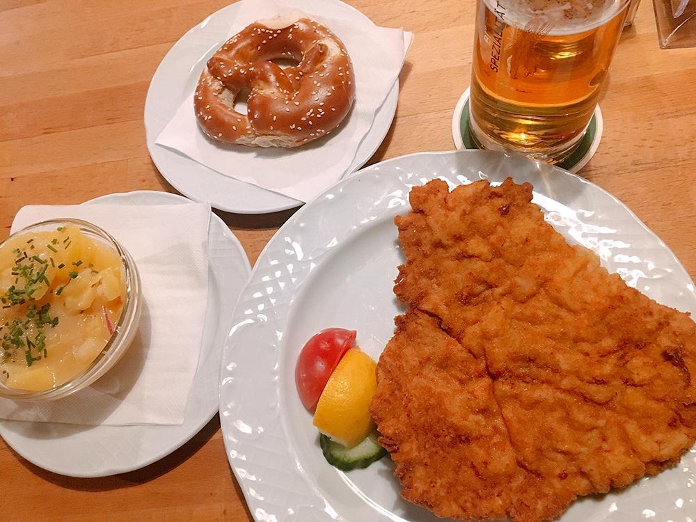 오스트리아 전통음식 슈니첼을 맛볼 수 있는 로컬 레스토랑 Bieriger!