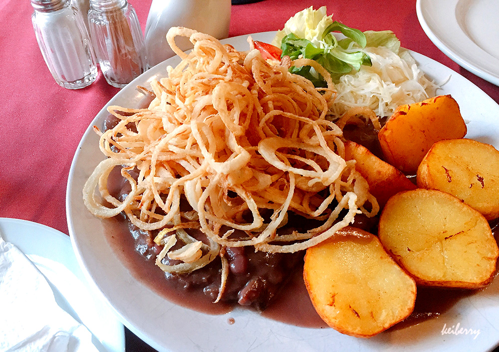 오스트리아 로컬 레스토랑에서 쯔비벨 로스트브라텐(Zwiebelrostbraten)을 먹어보자!
